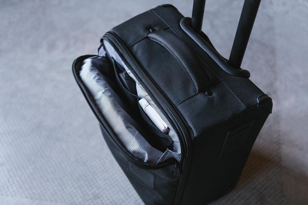 Von oben zugängliche Reißverschlusstasche mit Mesh-Ordnungstasche