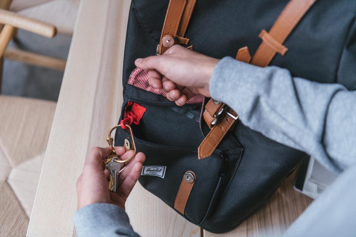 Einzelne Vordertasche mit verdecktem Reißverschluss und Schlüsselhalter