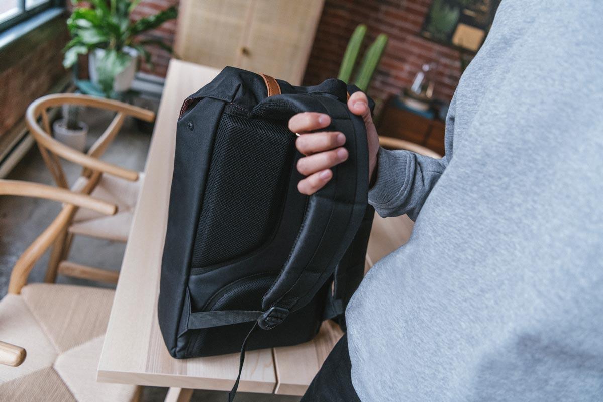 Konturierte Schulterriemen und Air-Mesh-Rückenpolsterung