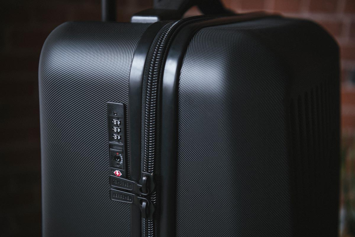 Von der US-amerikanischen Transportsicherheitsbehörde TSA zugelassenes Travel Sentry® Kombinationsschloss am Reißverschluss
