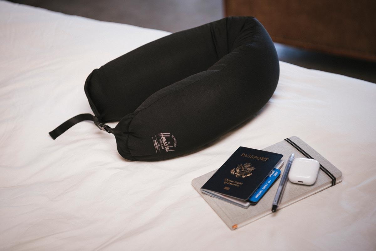 Das atmungsaktive Micro Bead Pillow hält Sie kühl und passt sich leicht an, um Ihren Kopf und Nacken zu stützen.