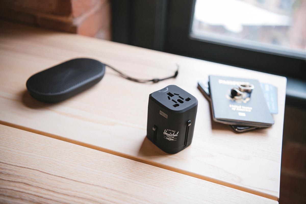 Der Standard Issue Travel Adapter ist einfach zu bedienen und einzupacken und verbindet Ihre Geräte mit dem Stromnetz